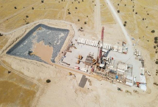 عملیات اجرایی طرح نگهداشت و افزایش تولید میدان نفتی منصورآباد با استقرار دکل حفاری در موقعیت طرح توسعه این میدان، در قالب طرح توسعه ۲۸ مخزن آغاز شد.